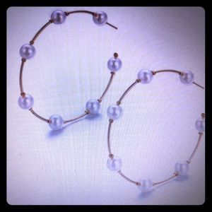 Jewelry - NEW IN!! Mid sized gold toned pearl hoop earrings